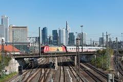 Skyskrapor och den järnväg antennen av Frankfurt den huvudsakliga stationen Royaltyfria Foton