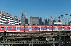 Skyskrapor och den järnväg antennen av Frankfurt den huvudsakliga stationen Royaltyfri Bild