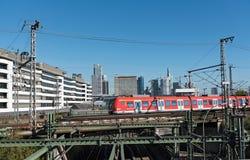 Skyskrapor och den järnväg antennen av Frankfurt den huvudsakliga stationen Arkivbild