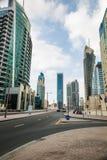 Skyskrapor och gata i Dubai, UAE Arkivbilder