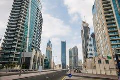 Skyskrapor och gata i Dubai, UAE Arkivbild