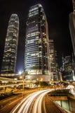 Skyskrapor och huvudväg i Hong Kong på natten Royaltyfria Foton