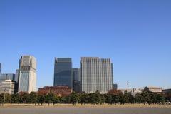 Skyskrapor och parkerar i Hibiya, Tokyo Arkivbild
