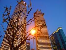 Skyskrapor och skyen royaltyfria bilder