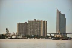 Skyskrapor på floden Royaltyfri Foto