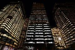 Skyskrapor på natten arkivfoton