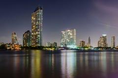 Skyskrapor p? natten arkivfoto