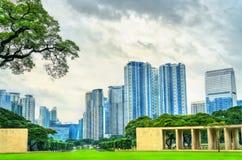 Skyskrapor som sett från Manila den amerikanska kyrkogården, Filippinerna royaltyfri bild