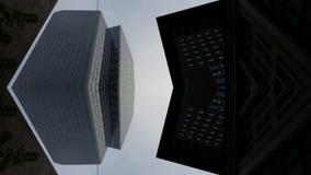 Skyskrapor som underifrån bygger sikt i Frankfurt Tysklandarkitektur arkivbilder