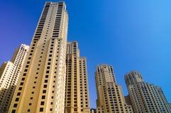 Skyskrapor underifrån i Dubai mot blå himmel fotografering för bildbyråer