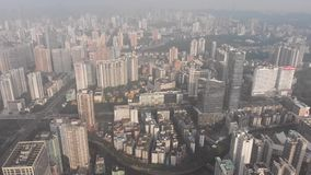 Skyskrapor upptar mest av ramen Vi ser trafiken av bilar på stads- huvudvägar arkivfilmer