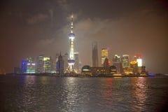 Skyskrapor vid natt, Shanghai, Kina Fotografering för Bildbyråer
