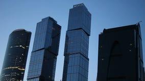Skyskraporna av Moskva arkivfilmer