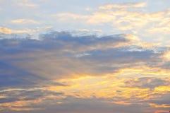skysolnedgång arkivfoto