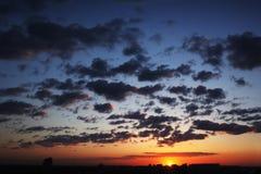 skysolnedgång Arkivbild