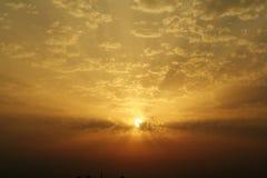 skysolnedgång royaltyfri foto