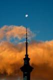 skysolnedgångtorn Royaltyfri Foto