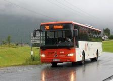 Skyssbus bij het busstation van Sunndal, Noorwegen stock foto