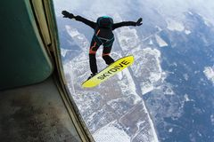 Skysurfing Skydiver en de raad zijn in de hemel stock foto