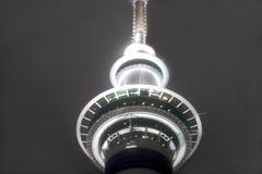 Skytower nachts Lizenzfreie Stockfotografie