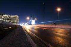 Skytrain在晚上在曼谷,泰国 免版税库存图片