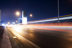 Skytrain在晚上在曼谷,泰国 库存照片