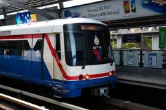 Skytrain在纳纳驻地曼谷,泰国的支架地铁 图库摄影
