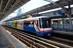 Skytrain支架在纳纳驻地曼谷,泰国的地铁铁路 库存照片