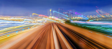 Skytrain που κινείται γρήγορα τη νύχτα στοκ εικόνα