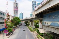Skytrain BTS驻地和轨道在街道下在曼谷,泰国 免版税库存图片