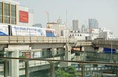 Skytrain, das über Siam Square reist Stockbilder