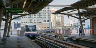 Skytrain, das zur Station kommt Stockfotos