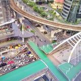 Skytrain dell'ingorgo stradale dell'automobile nella città di ora di punta Fotografia Stock