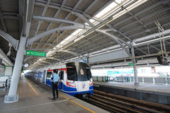 Skytrain di BTS alla stazione di Bangna Immagine Stock