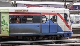 Skytrain do trem do BTS em Banguecoque, Tailândia fotos de stock royalty free