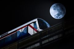 Skytrain en volle maan royalty-vrije stock afbeeldingen