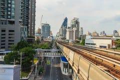 Skytrain público en la estación de Lor BTS de la correa, Bangkok, Tailandia del sistema de transporte público de Bangkok BTS Foto de archivo