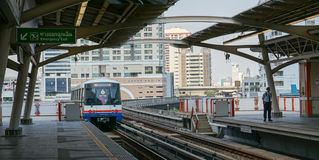 Skytrain som kommer till stationen Arkivbilder