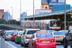 Skytrain und Autos fest im Stau Stockfoto