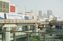 Skytrain voyageant au-dessus de Siam Square Images stock