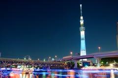 Skytree blauwe verlichting van Tokyo langs rivier Sumida royalty-vrije stock afbeeldingen