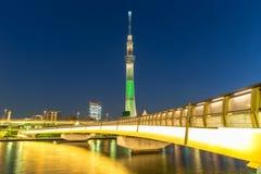 Skytree crepuscular de Japón, de Tokio y puente Imagen de archivo libre de regalías
