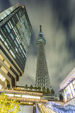 Skytree torn och den Solamachi byggnaden arkivbilder