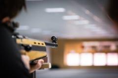 Skytt som skjuter den lilla tråkmånsen Arkivfoton