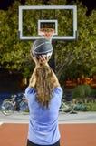 Skytte för ung kvinna på korgen Royaltyfri Foto