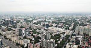 Skytte från ett surr över storstaden av Almaty stock video