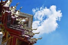 Skytte-, himmel- och molnbakgrund för låg vinkel tempel thailand Royaltyfria Bilder