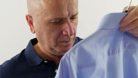Skytte med en man, i garderob och att välja för logeöppning en skjorta stock video