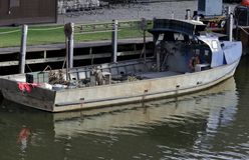 Skyttel för kommersiellt fiske på skeppsdockan Royaltyfria Foton