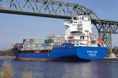 Skyttel för Hochdonn —behållare Wybelsum på Kiel Canal Arkivfoton